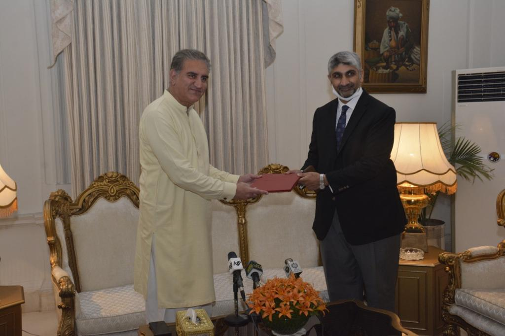 Chief Operating Officer FINCA Pakistan, Mr. S.H. Kazi presenting the donation cheque to Foreign Minister of Pakistan and Vice Chairman PTI, Makhdoom Shah Mahmood Qureshi